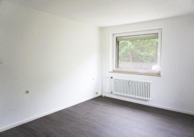Wohnzimmer hell mit Fenster