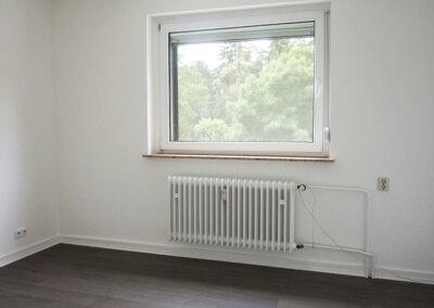 Wohnzimmer mit lichtdurchflutetem Fenster